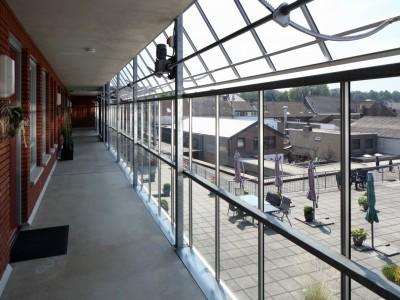 Glazen galerijafdichting met RWA ventilatieramen 5