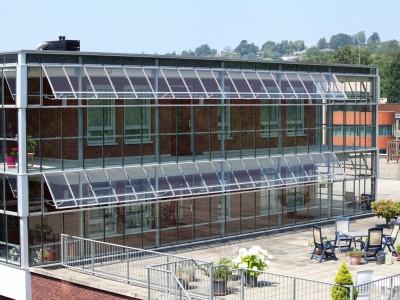 Glazen galerijafdichting met RWA ventilatieramen 6