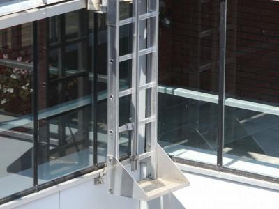 Glazen galerijafdichting met RWA ventilatieramen 8