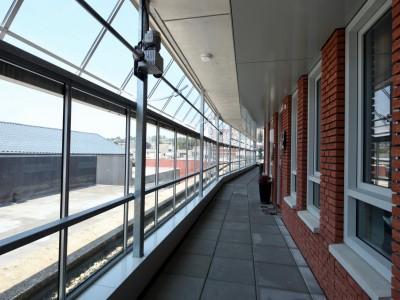 Glazen galerijafdichting met RWA ventilatieramen 9