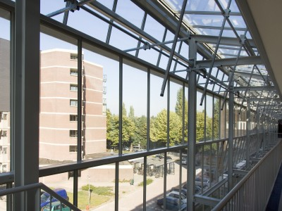 Glazen galerijgevels met doorgaande ramen RWA 2