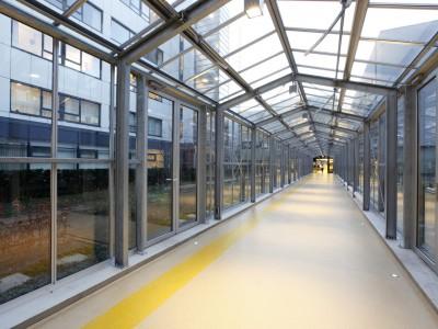 Glazen verbindingsgang met doorgaande ventilatieramen 2