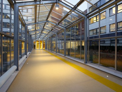 Glazen verbindingsgang met doorgaande ventilatieramen 3