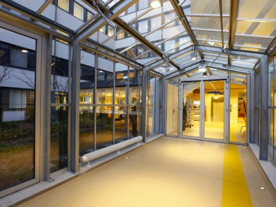 Glazen verbindingsgang met doorgaande ventilatieramen 4
