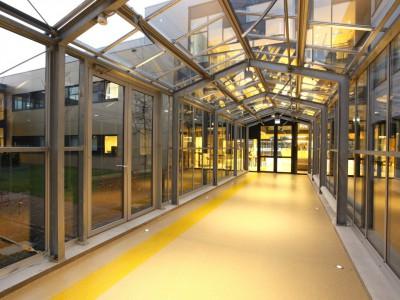 Glazen verbindingsgang met doorgaande ventilatieramen 5