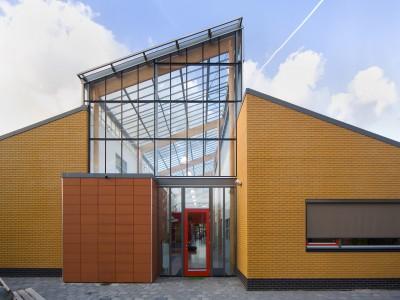 Transparante glaskap bij school op houtconstsructie 2