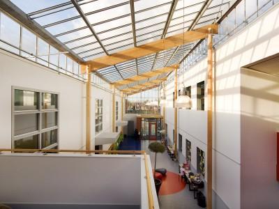 Transparante glaskap bij school op houtconstsructie 3