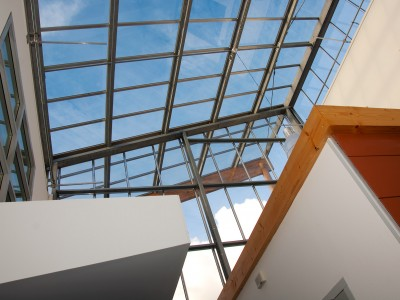 Transparante glaskap bij school op houtconstsructie 4