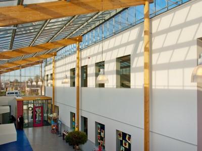 Transparante glaskap bij school op houtconstsructie 5