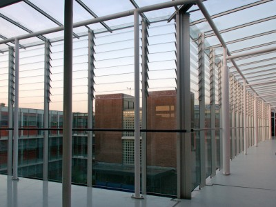 Galerijafdichting met glazen lamellen 4