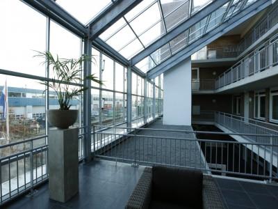 Glazen gevels en dak bij appartementencomplex 6