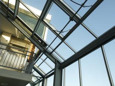 Glazen gevels en dak bij appartementencomplex 8