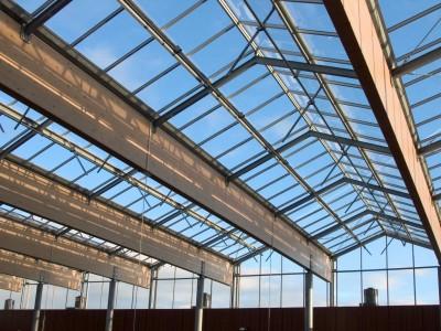 Grote glasoverkapte ruimte met grote ventialatieramen 2