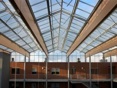 Grote glasoverkapte ruimte met grote ventialatieramen 3