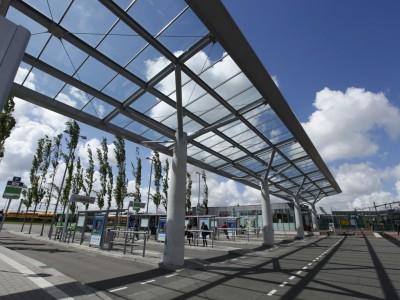 Overkapping busstation met transparant glas 1