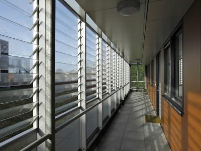Glazen galerijgevels met glazen louvres 4
