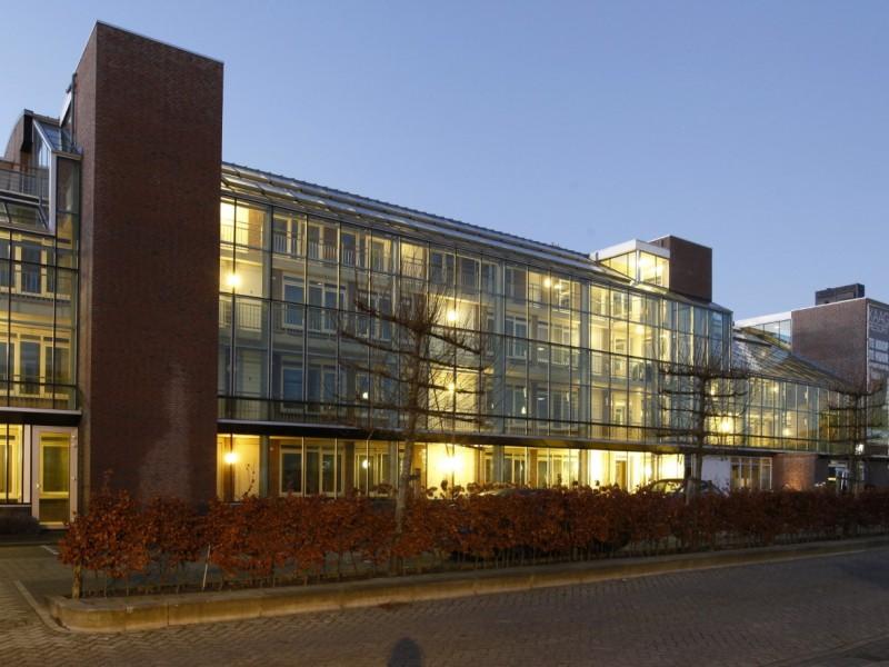 Glazen gevels en dak bij appartementencomplex 1