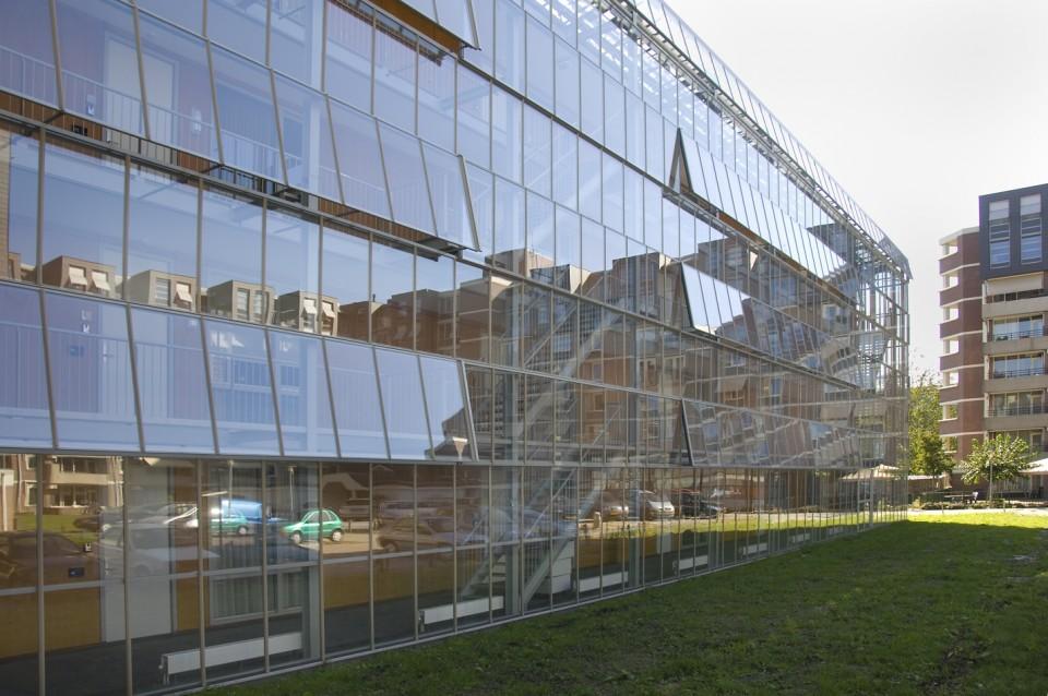 Glazen galerijgevels met doorgaande ramen RWA 1