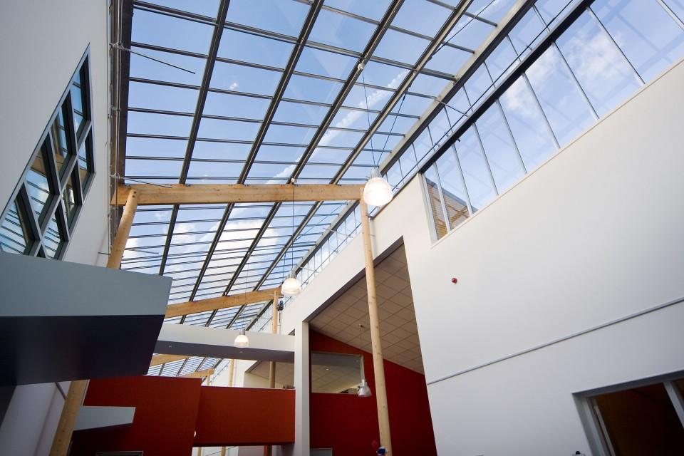 Transparante glaskap bij school op houtconstsructie 1