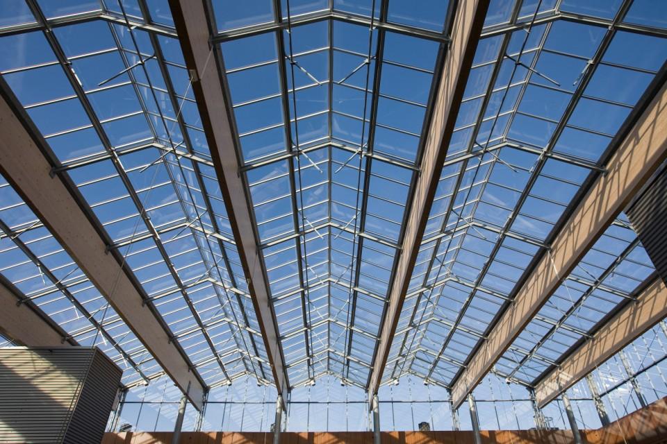 Grote glasoverkapte ruimte met grote ventialatieramen 1
