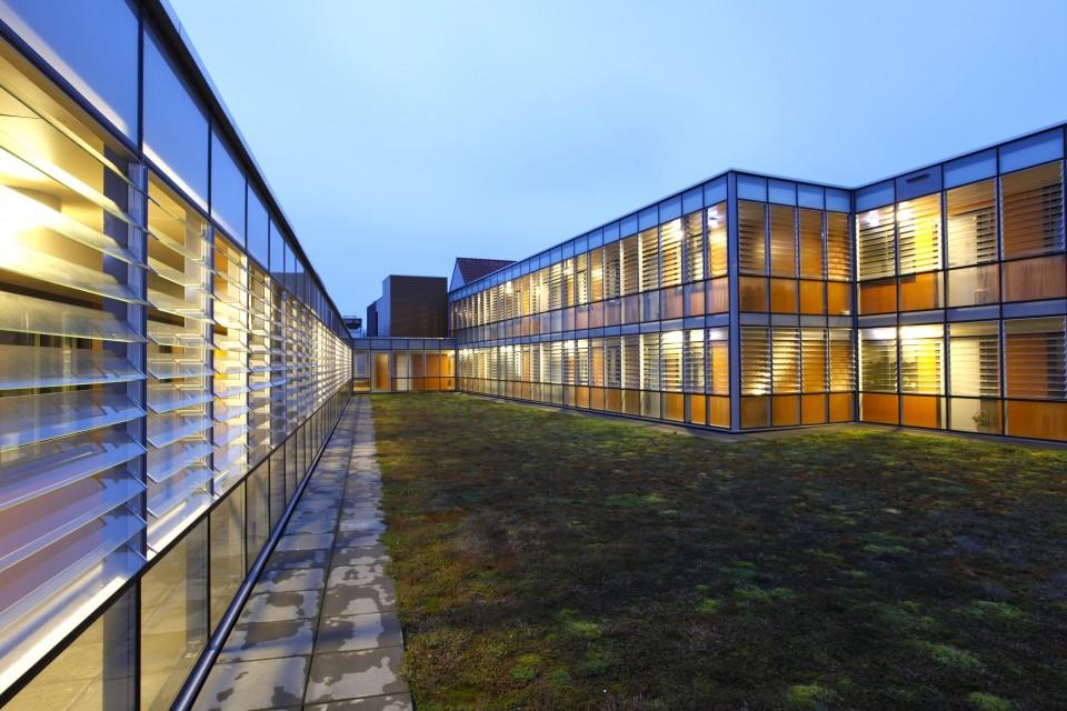 Glazen galerijgevels met glazen louvres 1